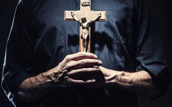 sacerdote con cruz en la mano fondo e1485973861713 EEUU en Alerta: Kim Jong un detonará el sábado un dispositivo nuclear ¿Se declara el desastre?